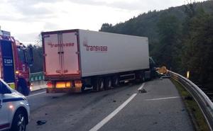 Reabierta la A-15 en Villabona tras el accidente de dos camiones