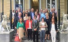 Representantes del Ayuntamiento de San Sebastián reciben a la delegación del Premio de Europa 2019