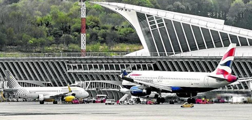 Burla las medidas de seguridad del aeropuerto de Loiu y se cuela en la turbina de un Airbus