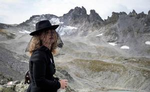 'Funeral' de alta montaña por un glaciar en los Alpes
