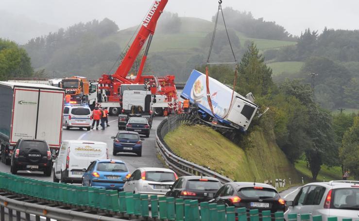 La salida de calzada de un camión provoca retenciones en la N-1 en Villabona