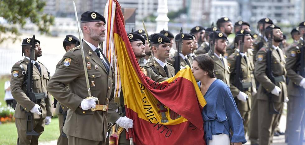 Jura de bandera frente a la bahía