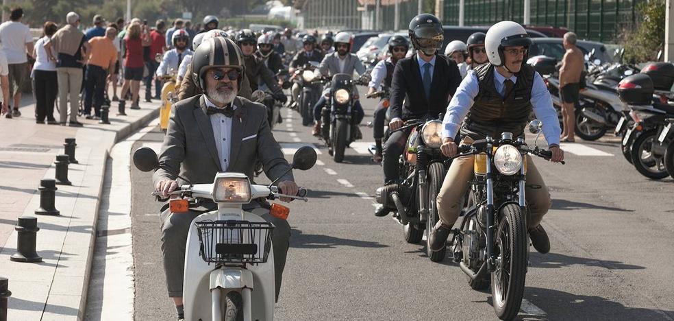 Paseo motero solidario por Donostia con las mejores galas