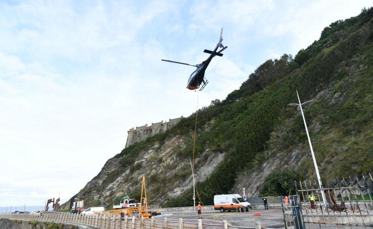 33 viajes en helicóptero para llevar la grúa al Faro