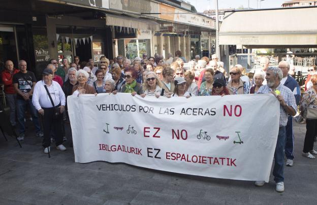 Representantes de colectivos de la tercera edad se concentraron ayer frente al Centro Social Luis Mariano./F. DE LA HERA
