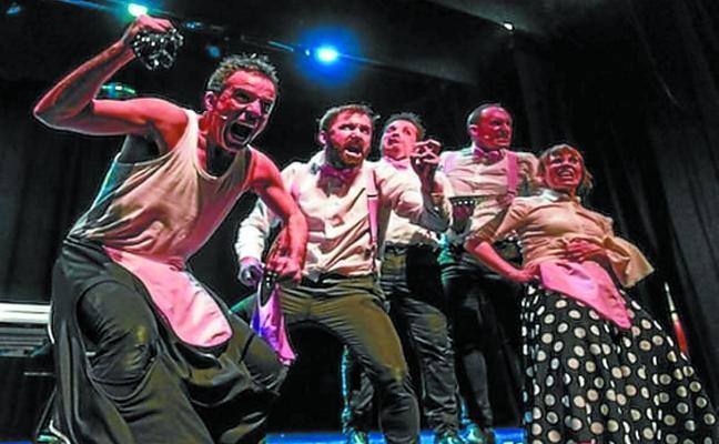 Hika Teatroa pone en escena la comedia 'Txarriboda' esta noche en el Zelai Arizti aretoa