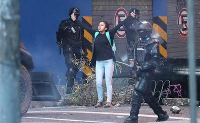 Una joven en Quito reproduce la escena de Tiananmén frente a un blindado