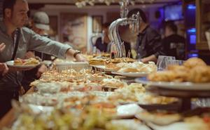 Un estudio descubre por qué las personas comen más cuando están con amigos y familiares