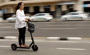 La DGT pretende vetar las aceras a la circulación de los patinetes eléctricos y bicicletas