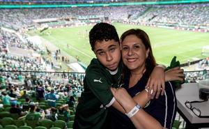 La emocionante historia de una madre que narra los partidos a su hijo ciego