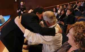 Un abrazo de dos generaciones