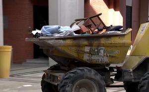 Continúa en Pamplona el vaciado del piso lleno de basura