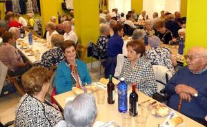 Comida de homenaje a los mayores de 80 años en el hogar Aterpe