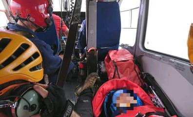 El helicóptero de la Ertzaintza rescata a una mujer de Vitoria caída en el Aizkorri