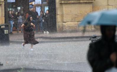 Una fuerte tormenta provoca balsas de agua y dificulta el tráfico en las carreteras