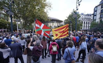 Gure Esku Dago se moviliza en Donostia «contra la criminalización del referéndum»