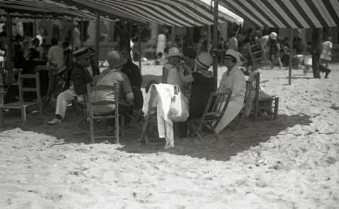 1929 | Nueva costumbre: llevar el bañador a la playa desde casa