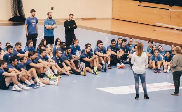 Varias plantillas del Club Deportivo Bidasoa recibieron una charla por parte de miembros de la AECC de Gipuzkoa. / CD BIDASOA
