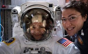Dos mujeres caminan juntas por el espacio por primera vez