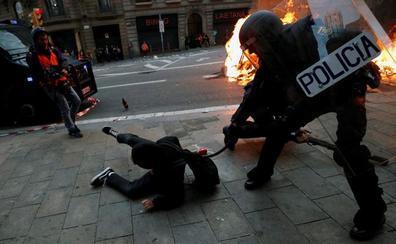 Directo | La Policía carga contra los violentos en Barcelona
