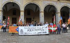 Concentración ayer junto al Ayuntamiento por la situación catalana