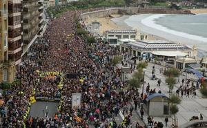 Una multitudinaria marcha muestra su apoyo a los condenados del procés en las calles de Donostia