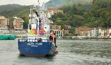 El Aita Mari sale del puerto de Pasaia rumbo al Mediterráneo
