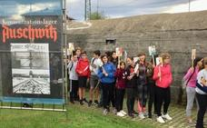 Alumnos de Urola Ikastola visitan la exposición Auschwitz, en Gernika