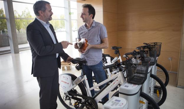 Nuevas bicis. Ander Sarratea, gerente de Ficoba, y Juan Carlos Ausín, de Innventa Energía, con el prototipo de su motor eléctrico./F. DE LA HERA