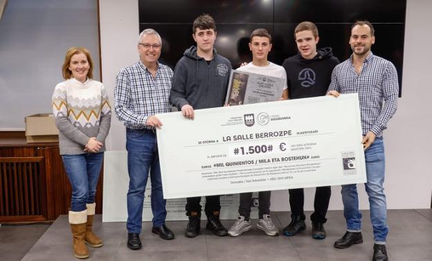 El diputado Asensio entregó a los representantes de La Salle Berrozpe el cheque de 1.500 euros. /