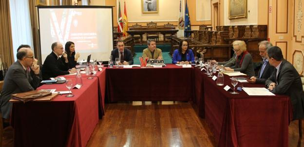 Comisión de seguimiento. Antonio Aiz, viceconsejero de Infraestructuras, José Antonio Santano y Rafaela Romero, diputada foral de Movilidad./