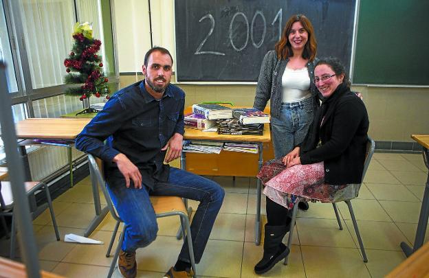 Iker Serrano, Ylenia Benito y Miren Itxaso Martín han vuelto a la clase donde, en 2001, iniciaron sus estudios en el Pío Baroja./F. DE LA HERA