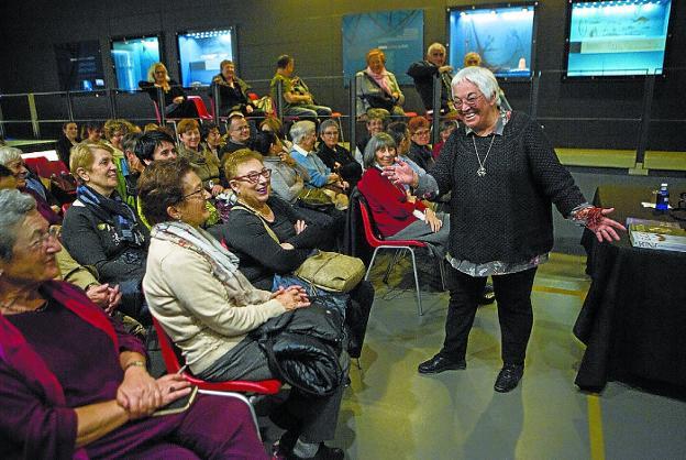 Risas y buen ambiente en la charla que ofreció este viernes Toti Martínez de Lezea. / F. DE LA HERA