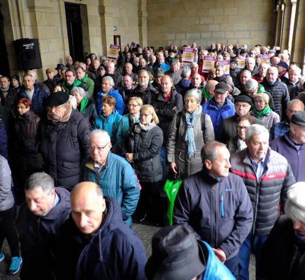 Participantes en la concentración de ayer. /  F. DE LA HERA