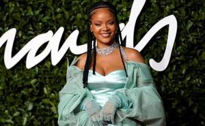 Rihanna irrumpe con fuerza en los Premios de la Moda
