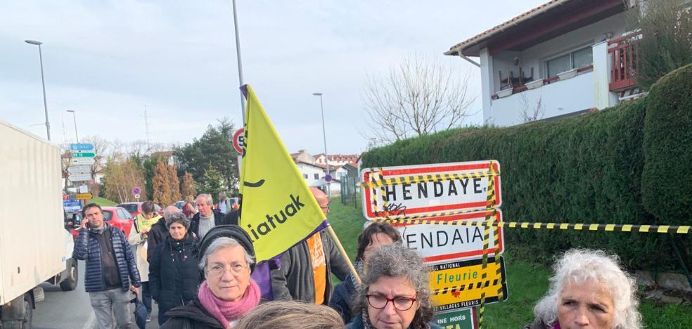 Manifestación en la frontera con Hendaia por los derechos de los migrantes