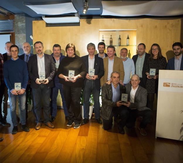 Premiados y entregadores en el hotel Jaizkibel./ FOTOS DE LA HERA