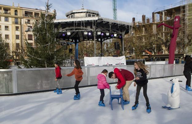 Árboles de Navidad, muñecos gigantes y las luces del kiosco de la plaza ambientan la pista de patinaje. / FOTOS: FERNANDO DE LA HERA