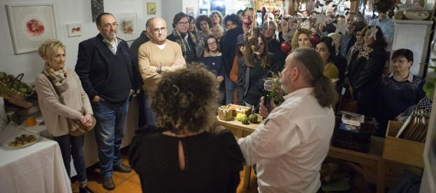 Félix Manso Ibarla. Para celebrar que el restaurante ha cumplido tres años, Felix y Sonia organizaron recientemente un pequeño acto. /  FOTOS DE LA HERA