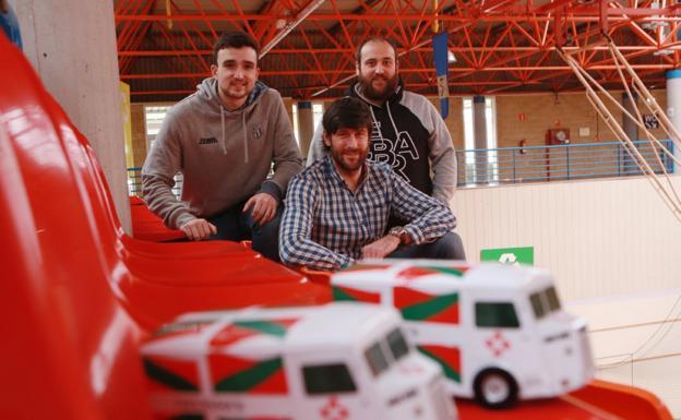 Mikel Zabala, Gurutz Aginagalde e Iñigo Mangas presentaron ayer en Artaleku la iniciativa./F. DE LA HERA
