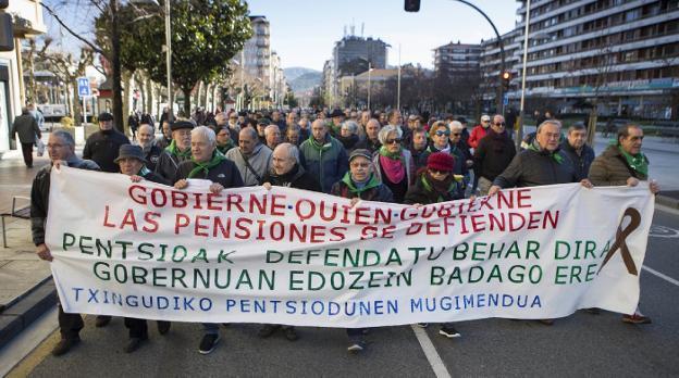 Muchísimos pensionistas recorrieron ayer el centro de Irun con sus reivindicaciones. /  DE LA HERA