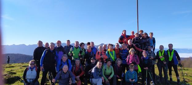 En la cima del monte Ulizar. El grupo de montañeros que el sábado acudió a realizar la primera etapa de la marcha de las XIV horas en Areso. /  FOTOS IRUNGO MENDIZALEAK Y ERLAITZ
