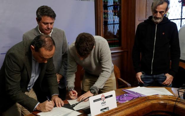 Firmado. Los portavoces de PSE y Elkarrekin Podemos-IU, Miguel Ángel Páez y David Soto, rubrican el acuerdo ante la mirada del alcalde José Antonio Santano y de Santi Jiménez./EFE