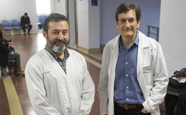 Manuel Millet y Joseba Salgado, en el ambulatorio Irun Centro. / F. DE LA HERA