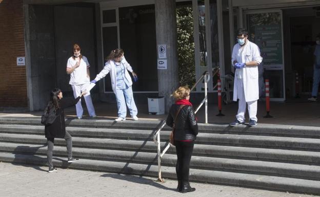 Pacientes a las puertas del ambulatorio de Irun/De la Hera