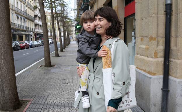 Laura y su hijo regresan a casa tras realizar unas compras.