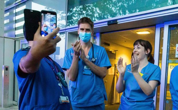 Mitarbeiter des Royal London Hospital beteiligen sich an dem Applaus zur Unterstützung der Toiletten