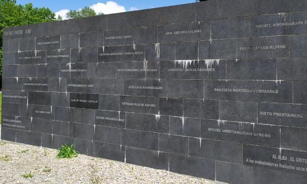 El muro de la escultura 'Al Alba' con los nombres de los fusilados en Andoain en la Guerra Civil. / UNANUE