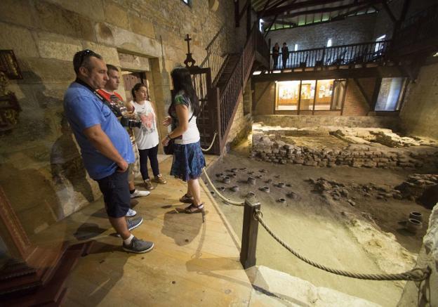 Un grupo de turistas participa en una visita guiada a la ermita de Santa Elena. / F. DE LA HERA