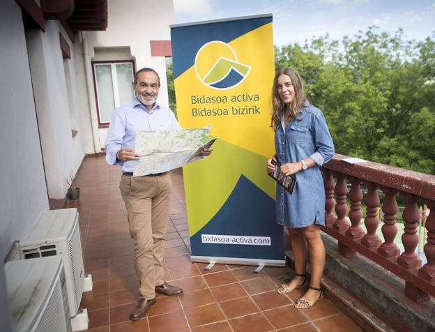 Miguel Ángel Páez y María Serrano presentaron la renovada página web y los folletos promocionales. / F. DE LA HERA